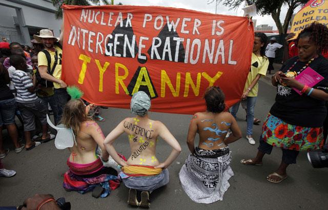 Un grupo de activistas protesta contra la energía nuclear ante la cumbre de Durban. | Reuters
