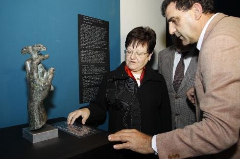 La presidenta de la Diputación, Luisa Pastor, examina el texto en braille. | Roberto Pérez