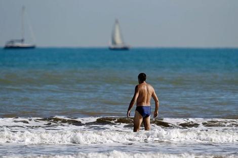 Un hombre se baña en la playa de la Malvarrosa (Valencia) a finales de noviembre.   Efe