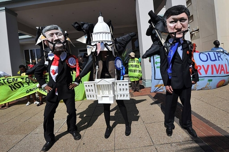 Activistas de Greenpeace protestan en la Cumbre del Clima de Durban. | Afp