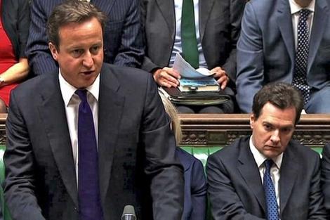 El primer ministro británico (i), David Cameron, y el ministro de Economía (d),George Osborne, en agosto. | AFP