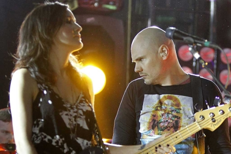 El líder de Smashing Pumpkins, Billy Corgan (d), acompañado por su bajista. | Efe