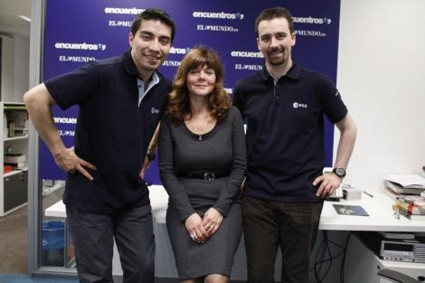 Diego Urbina (i), Romain Charles (d) y Elena Feichtinger, jefa de la misión 'Mars500', durante su visita a la redacción de ELMUNDO, el pasado miércoles. | Carlos Montagud.