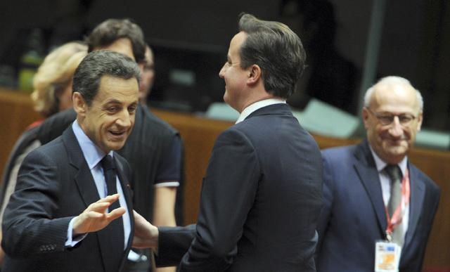 El primer ministro británico, David Cameron (dcha.), y el presidente francés, Nicolas Sarkozy se saludan fríamente. | AP