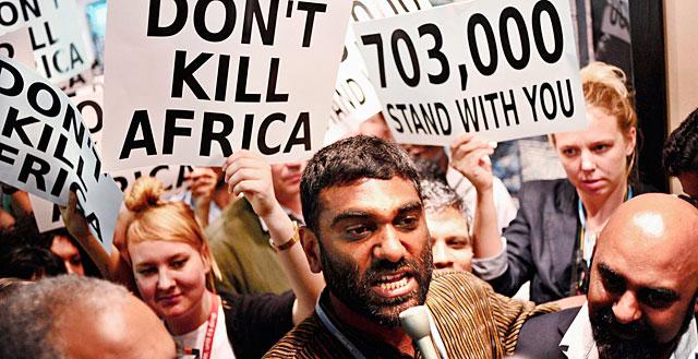 El director ejecutivo de Greenpeace encabeza una marcha de activistas en Durban.   Efe/Greenpeace