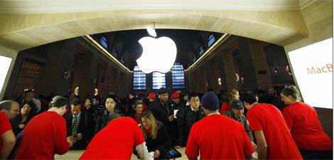 Un grupo de personas compra en la tienda.   Reuters