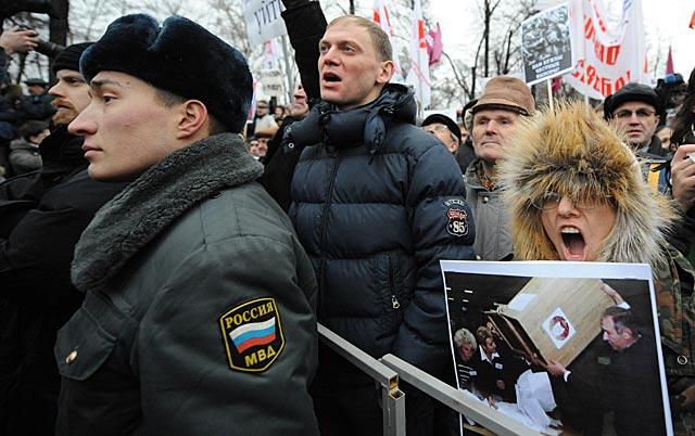 Manifestantes gritan eslóganes cercados por la policía moscovita. | Afp [MÁS IMÁGENES]