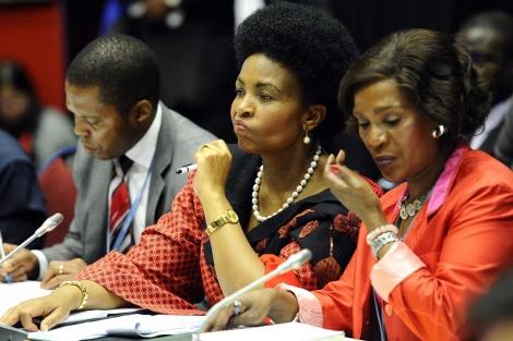 En el centro, la presidenta sudafricana de la COP-17, Maite Nkoana-Mashabane. | AFP