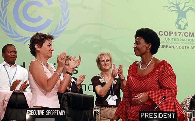 La organizadora de la cumbre recibe el aplauso del plenario.