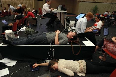 Delegados de países en la cumbre, trabajando y descansando antes del cierre del acuerdo.   Afp