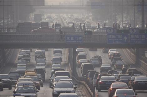 Tráfico y contaminanción a media mañana, un día de noviembre, en Pekín. | Efe