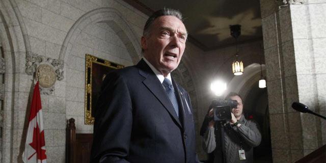 El ministro de Medio Ambiente canadiense, Peter Kent, durante el anuncio a la prensa esta noche. | Reuters