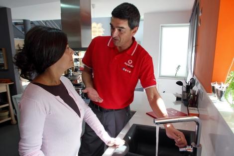 Técnico revisando la instalación de fontanería. | Reparalia.com