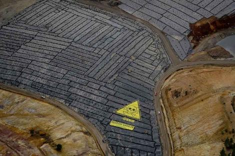 Vista aérea de la pancarta desplegada por Greenpeace en el vertedero de Nerva. | E.M.