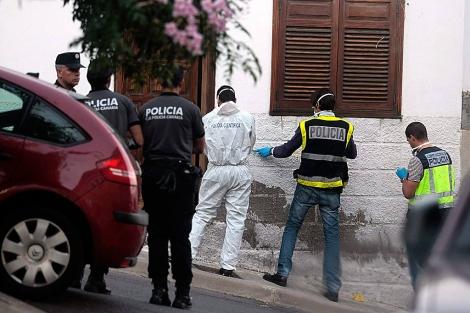 La policía trabaja en la casa de la familia. | Efe