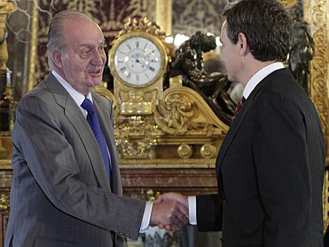 El Rey saluda a Zapatero antes del almuerzo de despedida al Gobierno.   Efe