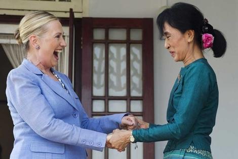 Aung San Suu Kyi (dcha.), en un reciente encuentro con Hillary Clinton.   Ap