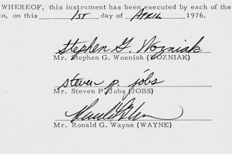 Contrato de creación de Apple, con la firma de sus tres fundadores. | Efe