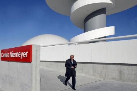 El director del Centro Niemeyer saliendo este jueves del complejo cultural de Avilés, | Efe