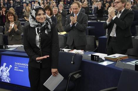 La activista egipcia Asma Mahfuz recibe los honores en el Parlamento Europeo. | Reuters