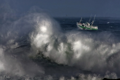 Un barco pesquero, en medio del temporal.   Efe