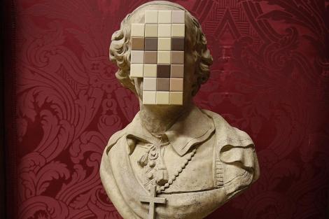 El busto pixelado de un sacerdote hecho por Banksy.   Efe