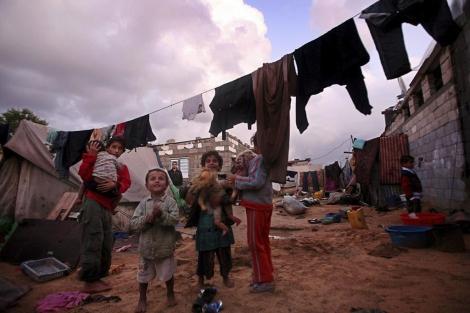 Niños palestinos juegan en el campo de refugiados de Nuseirat (Gaza). | Ali Ali / Efe