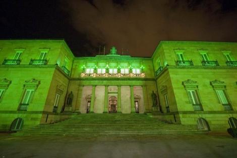 Las columnas del Palacio foral iluminadas en verde.   Nuria González