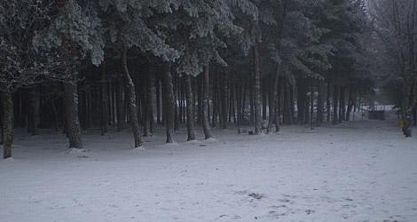 La nieve por fin empieza a cubrir el macizo ourensano.   M. S.