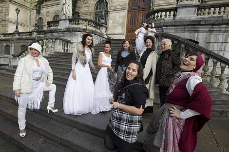 Las novias posan en las escaleras del Ayuntamiento de Bilbao.   Iñaki Andrés