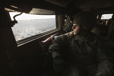 Uno de los soldados del último convoy que ha dejado Irak. | Reuters