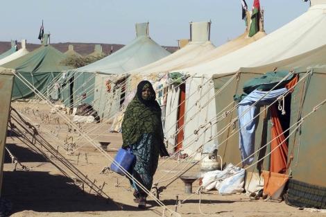 Una mujer saharaui camina por Tifariti. | Efe