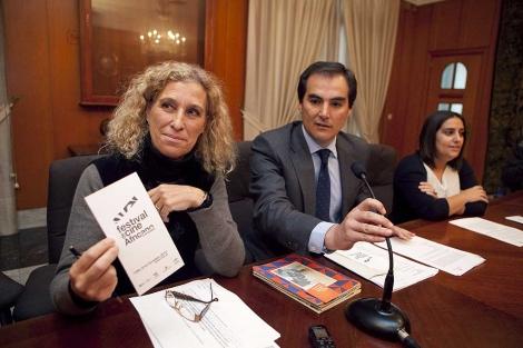 La directora del festival, Mane Cisneros, con el alcalde de Córdoba. | M. Cubero