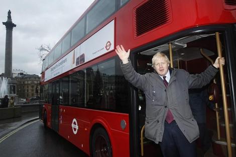 El alcalde de Londres, Boris Johnson, saluda en Trafalgar Square. | Reuters