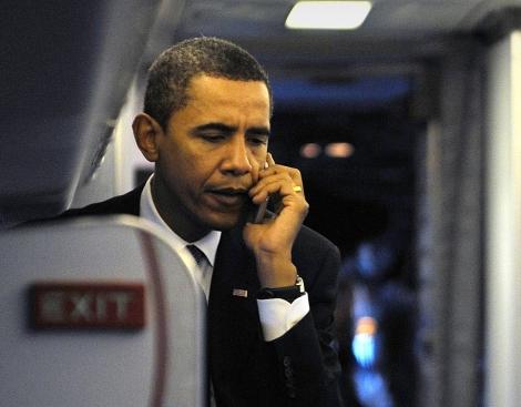 Obama habla por teléfono móvil en una imagen de 2008. | Afp/Stan Honda