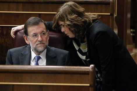 Rajoy y Sáenz de Santamaría conversan en un momento del debate.   Efe