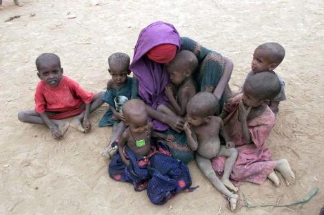 Una mujer con varios niños en un campo de refugiados etíope. | Afp