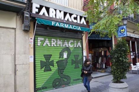 Una de las farmacias cerradas por la huelga en Valencia. | Benito Pajares