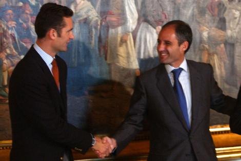 Urdangarin saluda a Camps, en uno de sus viajes a Valencia, en octubre de 2005. | Vicent Bosch