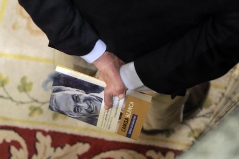 Un diputado, con las memorias de Esteban Glez. Pons, el martes, en el Congreso. | Antonio Heredia