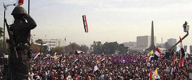Miles de personas asisten a la inauguración de una estatua al soldado sirio en Damasco.   Efe