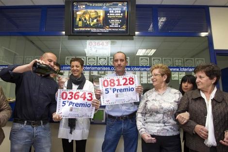Los admnistradores de la número de 3 de Manises celebran dos quintos premios.   B.P.