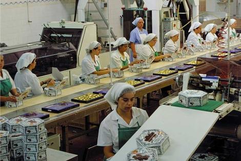 La cadena de manipulado de los dulces de Doña Jimena en la fábrica de Alcaudete.
