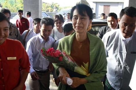 Aung San Suu Kyi, en la capital birmana, para inscribir su partido. | Ap