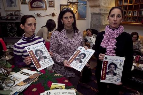 Las hermanas de Soledad Donoso posan con carteles de la campaña pidiendo ayuda. | Madero Cubero
