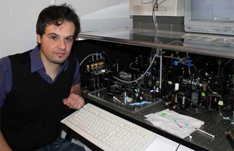 Ricardo Arias-González junto a las pinzas ópticas.   M. L.