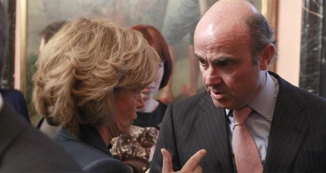 El ministro de Economía, Luis de Guindos, junto a su antecesora en el cargo, Elena Salgado. | Antonio Heredia