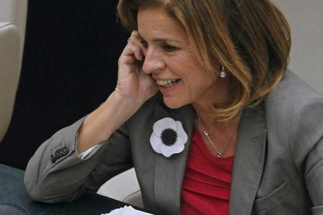 Ana Botella habla por teléfono durante un pleno del Ayuntamiento. | Efe