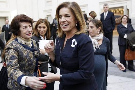 La alcaldesa Ana Botella es felicitada tras la ceremonia de investidura. | Reuters