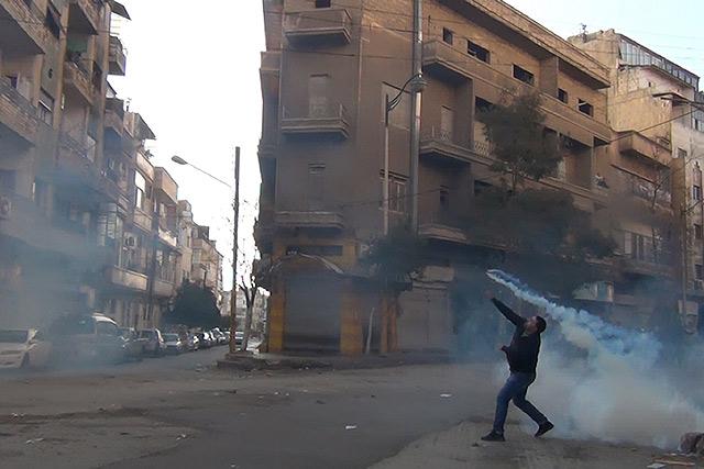 Gases lacrimógenos en la ciudad siria de Homs.   Afp